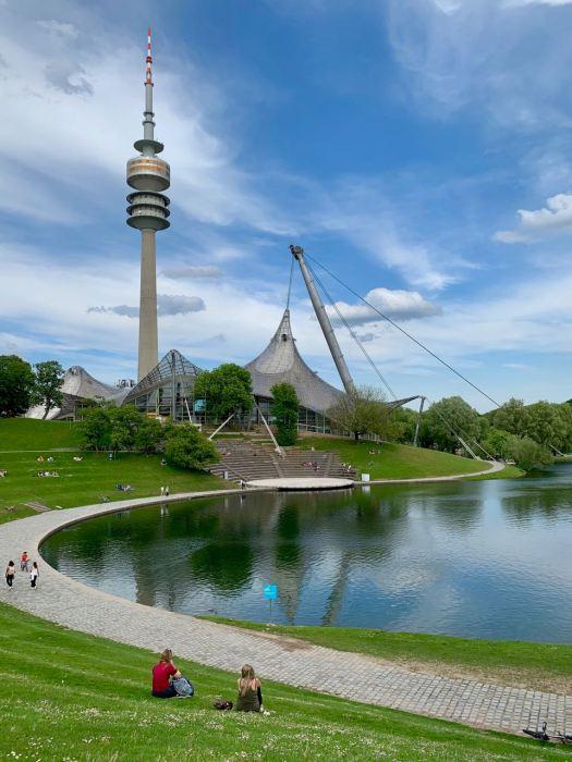 Olympiapark mit See und Turm